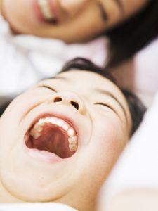 歯を見せて笑う女の子