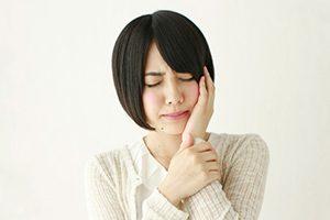 顎を抑える女性