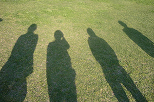 芝生に人の影